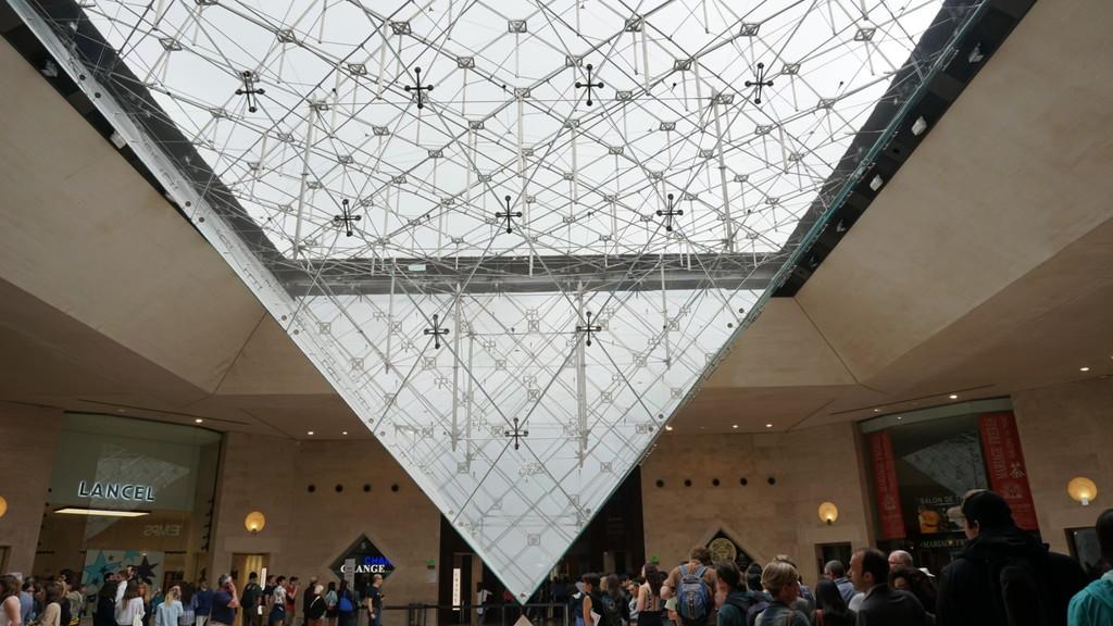 ガラスの逆さピラミッド