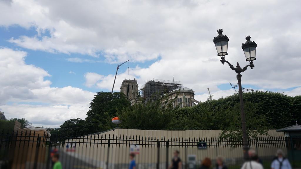 焼け落ちたノートルダム大聖堂