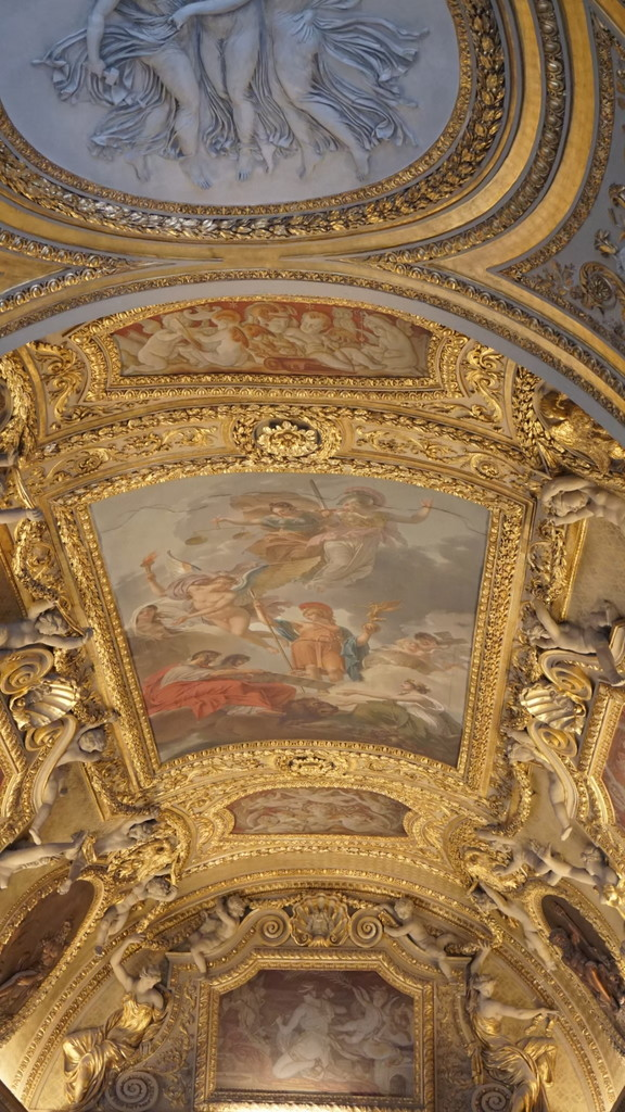 ルーブル美術館の天井に施された芸術品